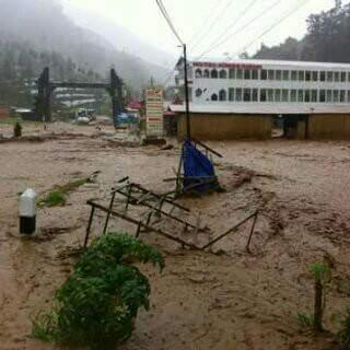 Kondisi pada jalan utama Dieng saat bencana banjir terjadi  (sumber : facebook dhanur sosmas)